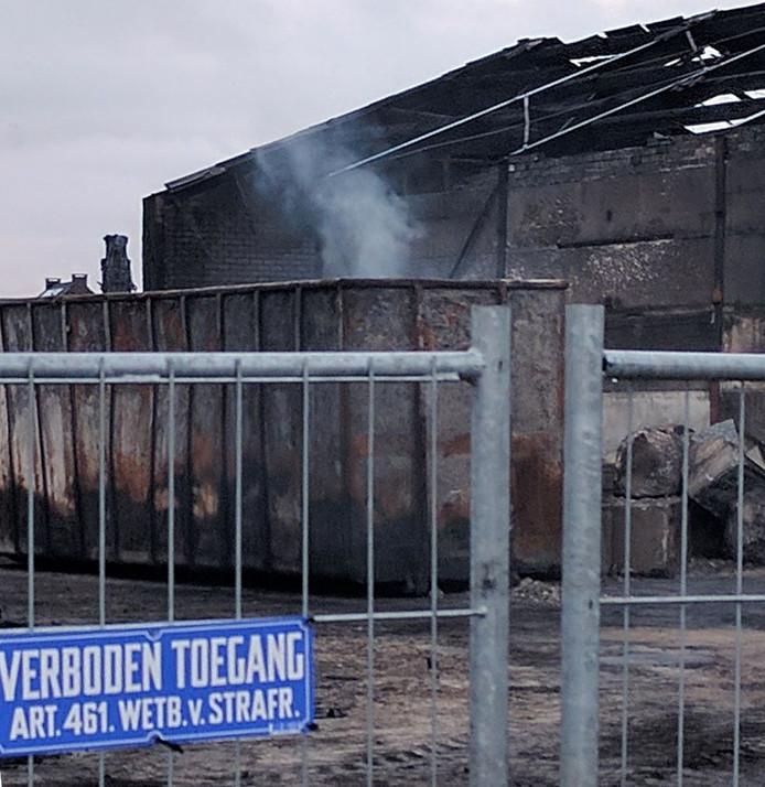 De bandenresten op het terrein van recyclingbedrijf Van den Hoogen zijn weer gaan roken