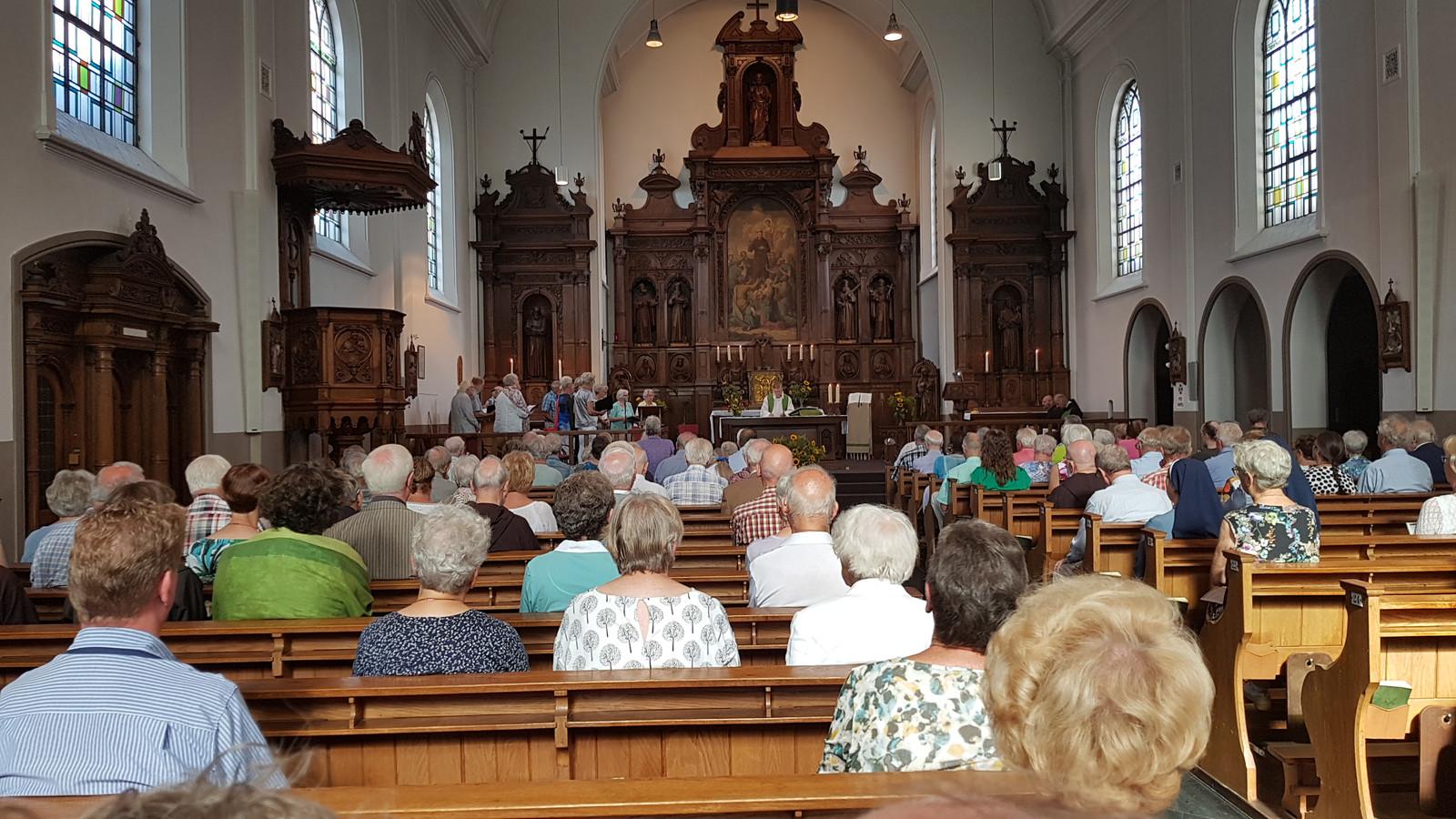De Kapucijnenkerk in Den Bosch liep zondag behoorlijk vol voor de laatste eucharistieviering