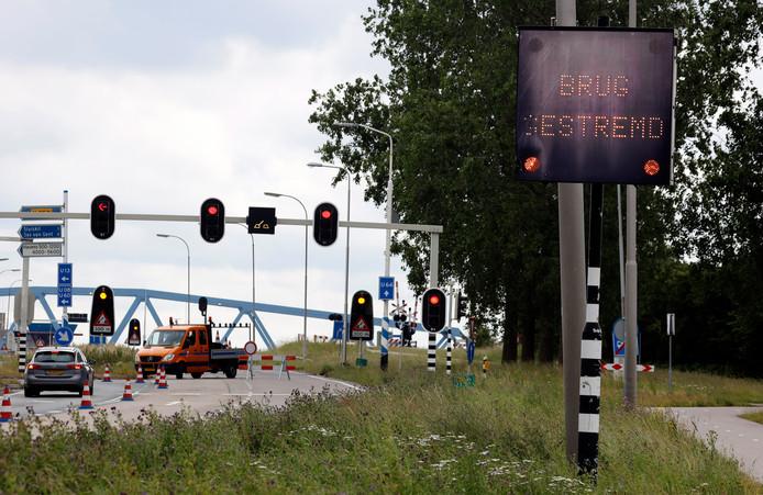 De draaibrug bij Sluiskil was afgelopen jaar door een technische storing diverse keren gestremd voor het wegverkeer, archieffoto juni 2019.