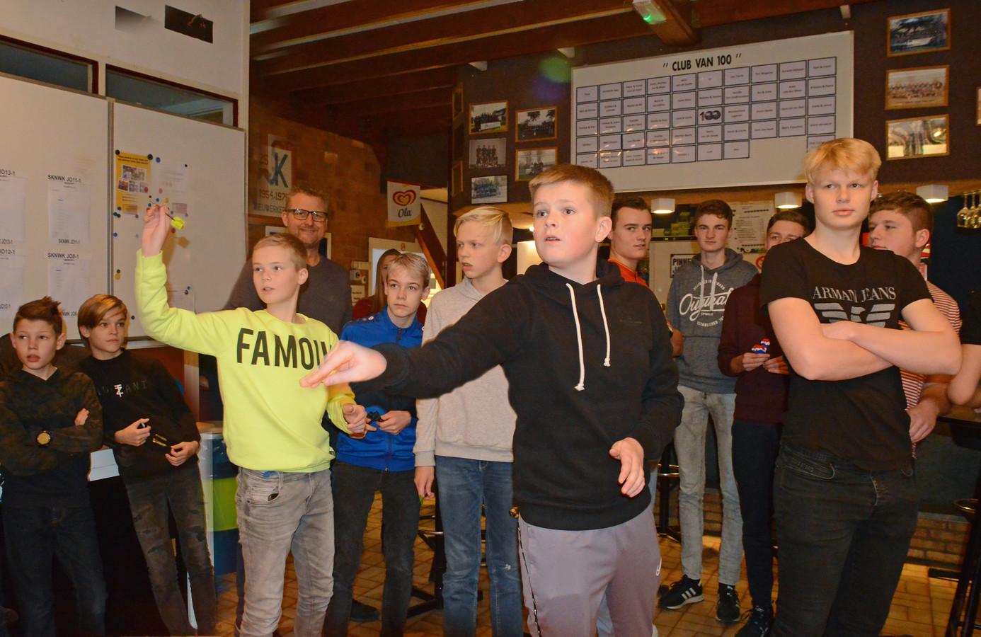 Broers Tijn ( in geel ) en Finn Westdijk gooien een pijltje op het jeugddarttoernooi.