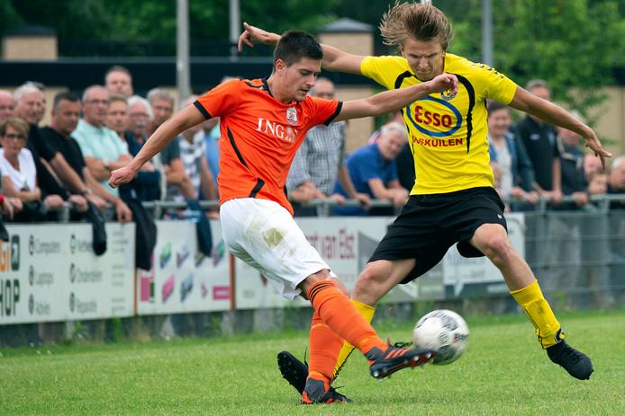 Sander Oonk (links) schoot Terneuzense Boys zaterdag in veilige haven tegen Almkerk.