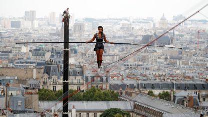 Koorddanseres wandelt 35 meter boven grond naar hoogste punt van Parijs