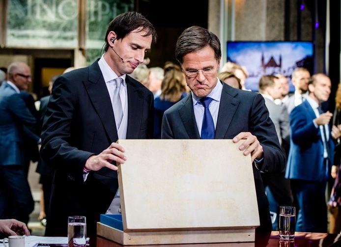 Minister Wopke Hoekstra van Financiën en premier Mark Rutte vorig jaar, na het aanbieden van het koffertje met de rijksbegroting en Miljoenennota.