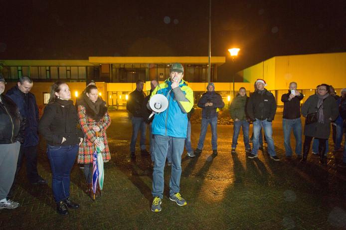NVU-voorman Constant Kusters spreekt een groep sympathisanten toe in Elden.