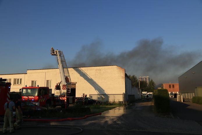 Een opslagplaats aan Industriepark-Noord vatte afgelopen nacht vuur om een nog onbekende reden.