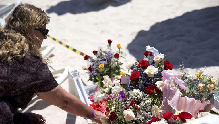 Op het strand in het Tunesische Sousse worden de slachtoffers van de aanslag herdacht met bloemen. Beeld afp