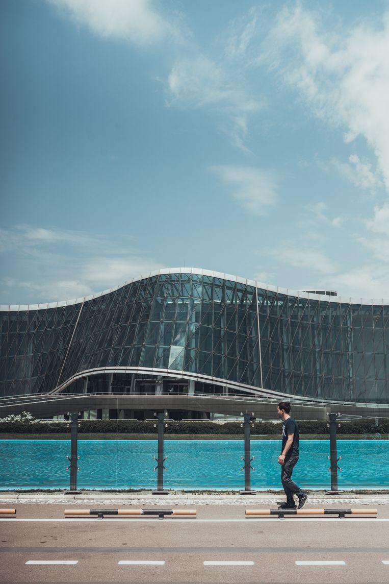 Design, Moderne architectuur in Tiblisi, Georgie. Zij aanzicht van het Ministerie van Binnenlandse zaken. Beeld Stijn Hoekstra