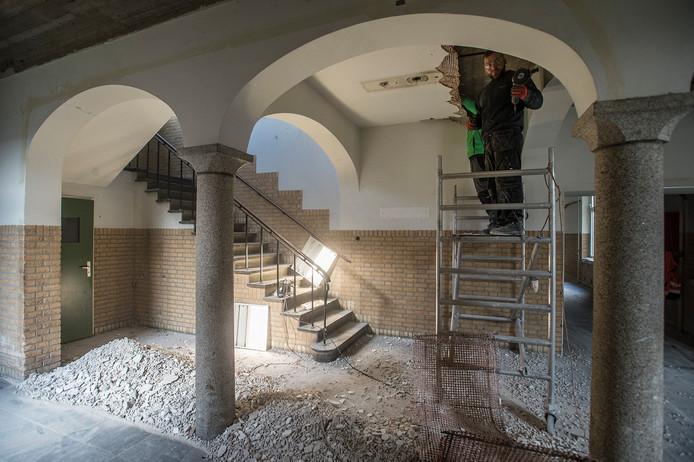 Het strippen van verlaagde plafonds en oude leidingen is begonnen.