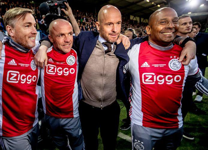 Ajax is Landskampioen. Erik Ten Hag is blij. Met assistenten Alfred Screuder, Richard Witschge en Aron Winter.