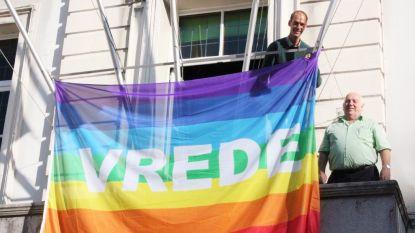 Zottegem hijst zaterdag vredesvlag en roept alle inwoners op hetzelfde te doen met een geprinte versie