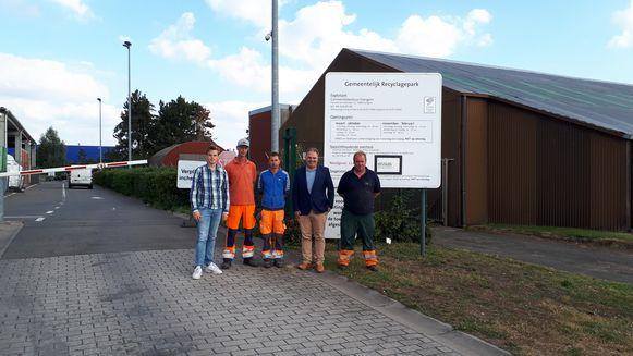 Schepen Sven Roegiers en burgemeester Joeri De Maertelaere, met de werkmannen van het recyclagepark Evergem.