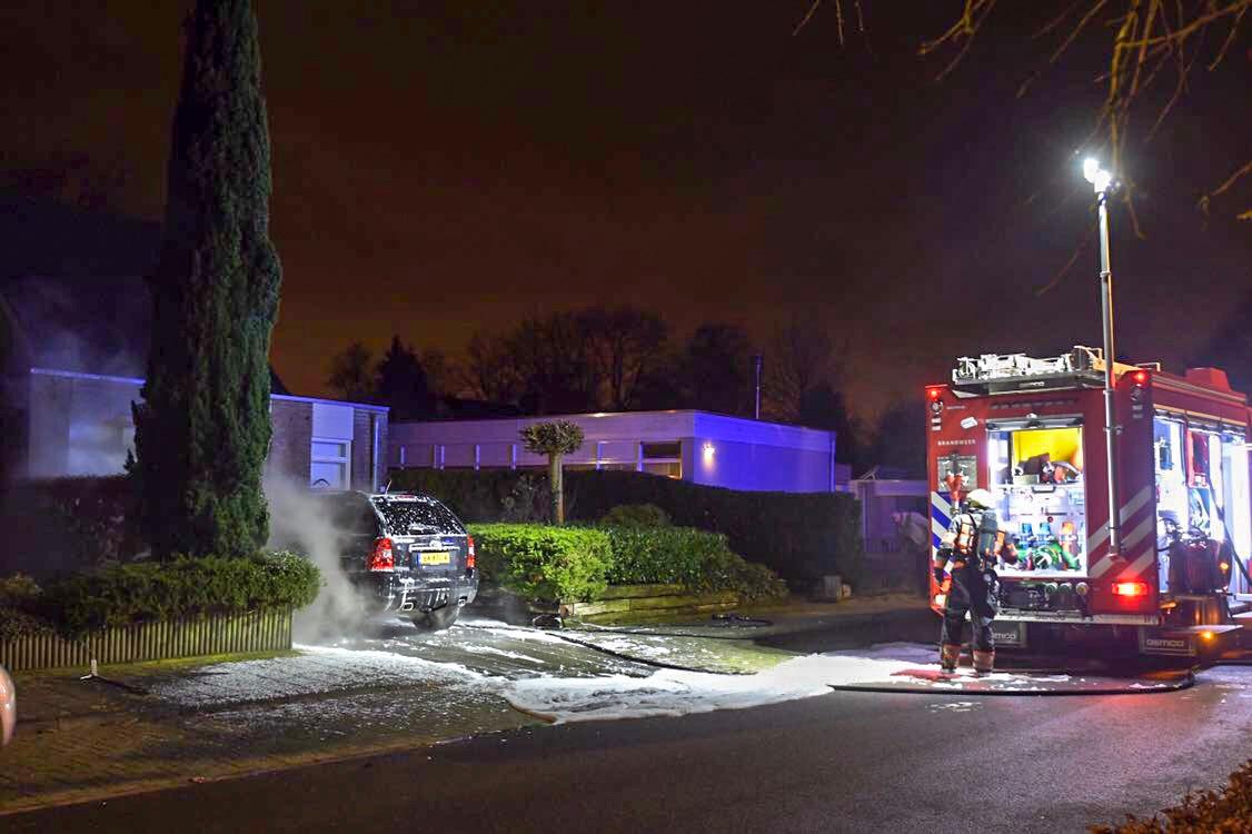 Een man stak de auto van de nieuwe vriend van zijn ex in brand, en diens kantoor dat tegen het huis van zijn ouders aanzit. Zij waren gelukkig niet thuis, zag de rechtbank .