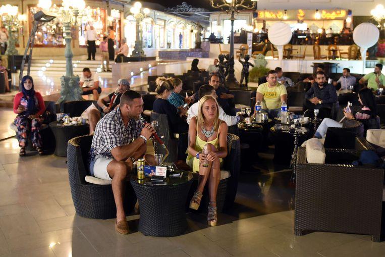 Toeristen in een café in Sharm el-Sheikh Beeld afp