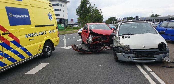 Op de Wegtersweg in Hengelo zijn dinsdagmiddag twee auto's op elkaar gebotst.