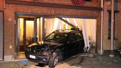 Auto belandt in vitrine van kapsalon