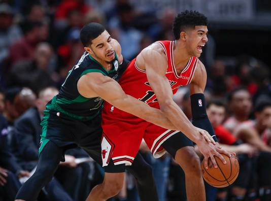 Chicago Bulls-forward Chandler Hutchison (rechts) in duel met Boston Celtics' Jayson Tatum.