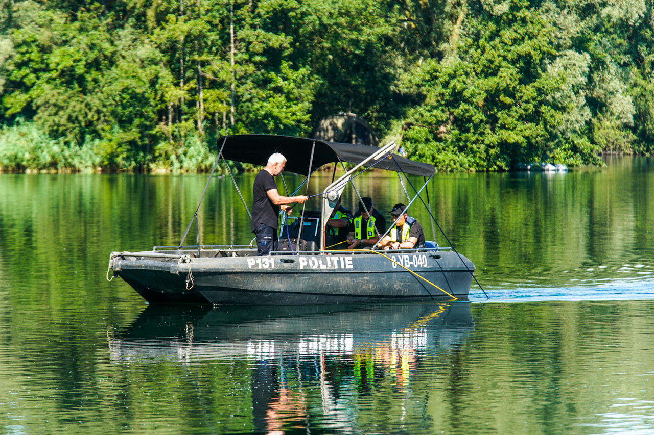 Een speciaal team van de landelijke eenheid is met een sonar boot op zoek naar de man die mogelijk te water is geraakt in de visvijver.