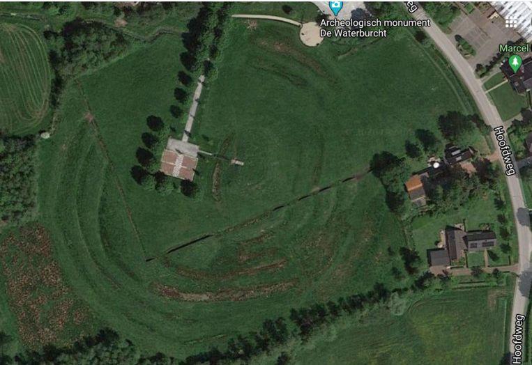 Net ten zuiden van Eelde heb je de zogenoemde Waterburcht, waar je, als je op luchtfoto's kijkt, kunt zien dat een reeks aarden verdedigingswerken, stelsel van wallen en grachten die concentrisch rondom de voormalige hoofdburcht en voorburcht liggen als een soort opgerolde dropveter.  Beeld GoogleSatellite