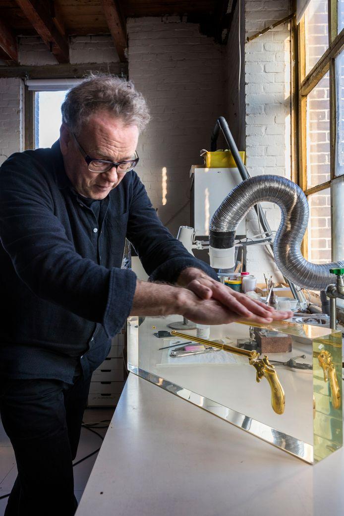 Ted Noten in zijn atelier in Den Bosch. Foto Marc Bolsius