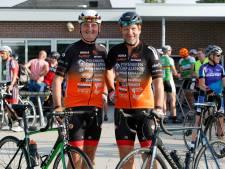 Agenten Ruud en Ferdinand stappen met Ven2Cops op de fiets voor zieke kinderen