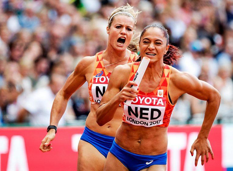 Dafne Schippers en Naomi Sedney in actie tijdens de 4x100 meter estafette op het WK atletiek in het Olympisch Stadion in Londen Beeld anp
