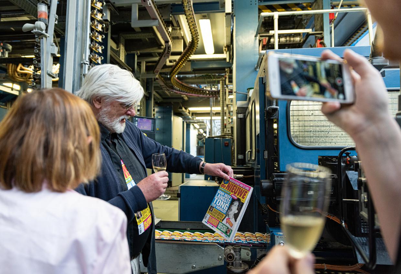 Peter J. Muller bekijkt het eerste nummer van De Nieuwe, bij drukkerij Rodi in Diemen. Beeld Aziz Kawak