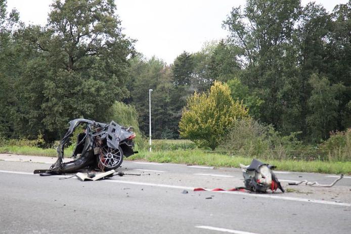 La voiture s'est décomposée en plusieurs morceaux, des débris ont été retrouvés à 150 mètres de l'impact