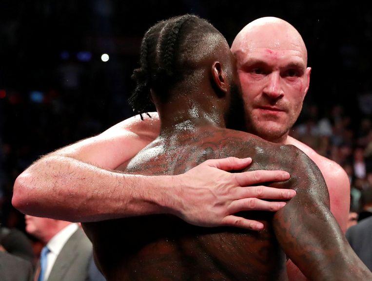 Omhelzing tussen Tyson Fury en Deontay Wilder na de kamp.