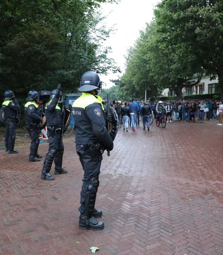 ME in actie: teleurgestelde Roemeense stemmers klimmen over hek ambassade in Den Haag