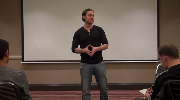 Todd Valentie tijdens een van zijn seminars. Beeld YouTube