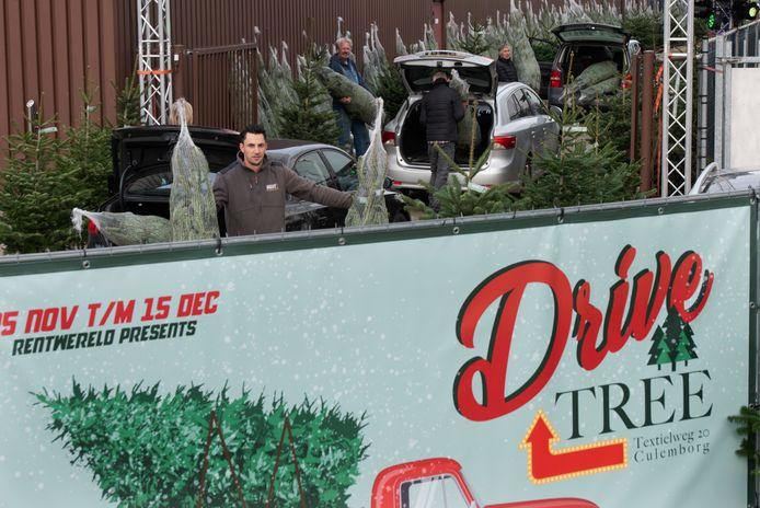 Wout Cobussen houdt in de Drive Tree twee bestelde kerstbomen vast voor klanten.