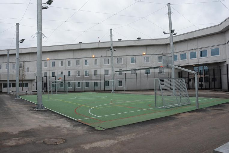 De gevangenis van Beveren. Enkele gedetineerden zijn er aan de slag als callcentermedewerker. Mogelijk krijgt het initiatief navolging in andere gevangenissen.