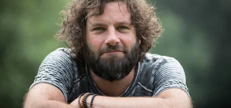 Frontman Bökkers gaat viraal met cynisch-vrolijk protestlied: 'Met zien allen noar de kloten'