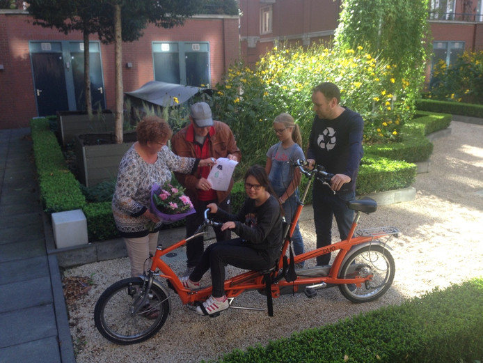 Benthe is weer gelukkig met haar aangepaste fiets.