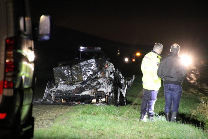 Het lichaam van de vermoedelijk in Temse (B.) doodgeschoten Raouf Ben Alita lag naast deze uitgebrande auto in Kloosterzande.