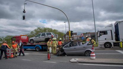 Twee gewonden en veel schade na spectaculair ongeval