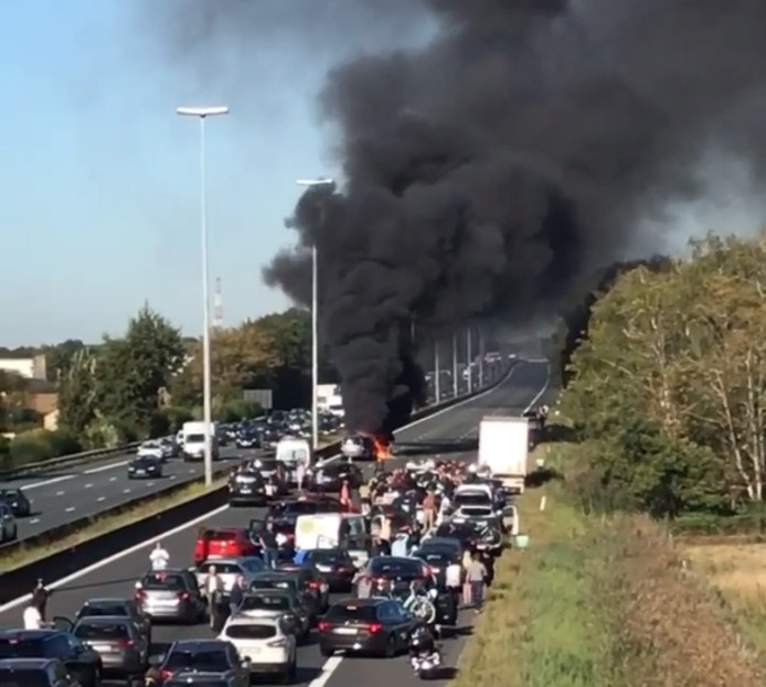 Bij het ongeval vatten drie van de vier betrokken wagens vuur.