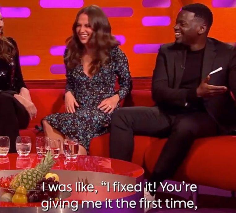 Daniel Kaluuya krijgt een lesje kus-etiquette van collega-actrices.