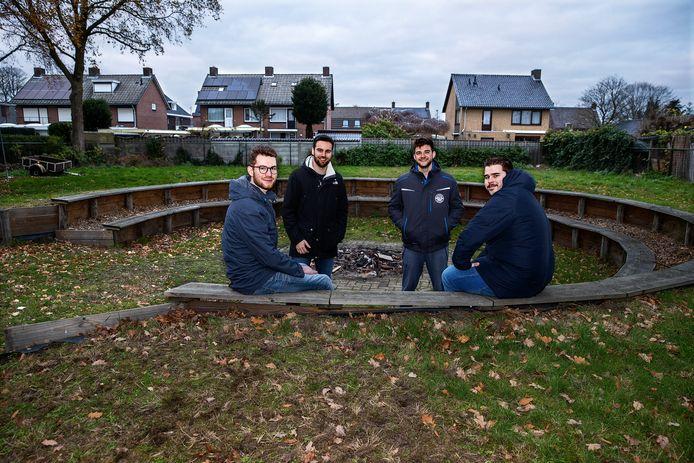 Het beestje de letterzetter brengt het bestuur van Jong Nederland voor een keuze: verhuizen of investeren in bomen. V.l.n.r.: Raaf Bartels, Ruud de Zwart, Frank van Leeuwen en Stan de Werdt.