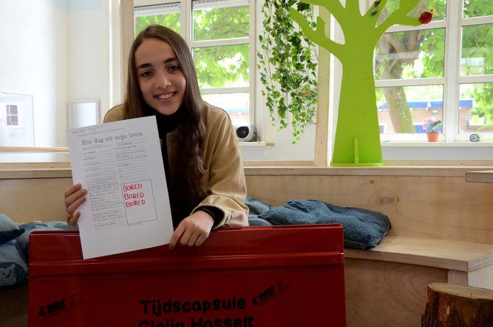 Sarah met haar bijdrage voor de tijdscapsule: 'De scholen dicht. De winkels dicht. Het was heel saai.'