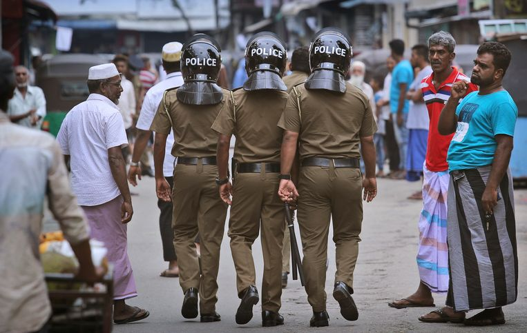 Politie patrouilleert in de straten van Colombo.
