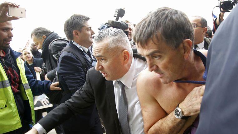 AirFrance-topman Xavier Broseta vlucht voor de woedende medewerkers. Beeld ap