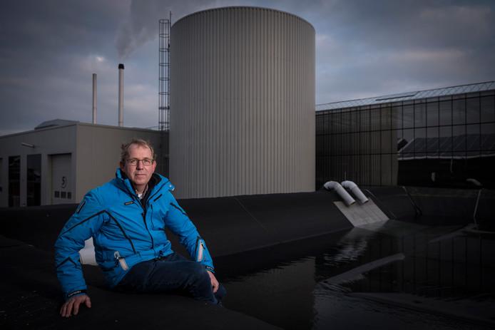 Hans Koolhaas voor zijn huidige installatie, die op gas draait. Hij hoopt voor de toekomst op restwarmte uit de haven.