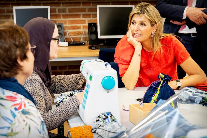 Koningin Máxima bracht eerder dit jaar een bezoek aan De Delerij van stichting Vluchtelingenkinderen in Driebergen. Ze praat hier met enkele asielzoekers van het AZC.