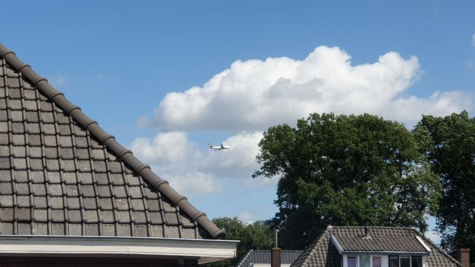 De Boeing van Lufthansa boven Enschede.