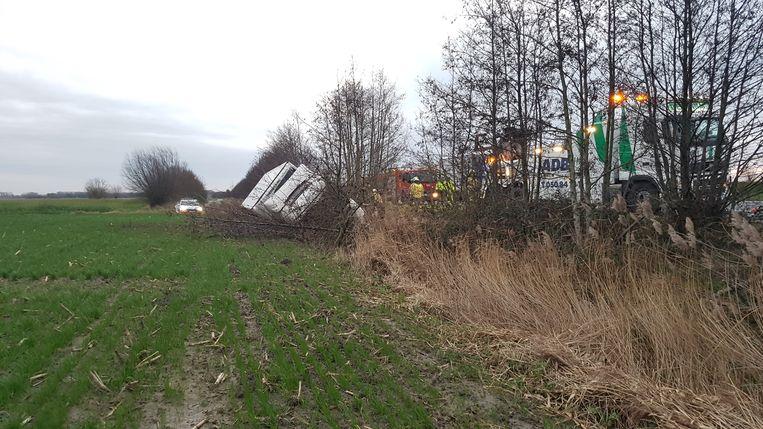 De vrachtwagen belandde naast de autosnelweg tussen de bomen.