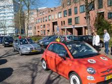 Verrassing! Eefje uit Apeldoorn houdt het niet droog op haar zeventigste verjaardag