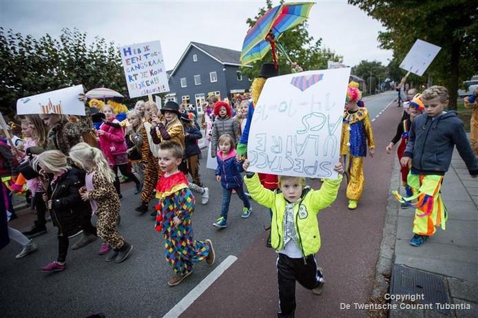 In optocht gingen de kinderen door het dorp naar school waar het nieuwe logo van Heilig Hart werd onthuld.