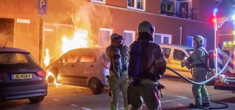 Auto brandt uit in Baarn, buren gewekt door klappende banden