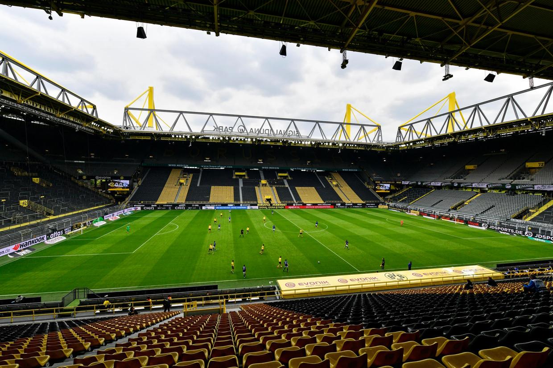 Voetbal zonder publiek, voor supporters van Borussia Dortmund is het flink wennen. Beeld Getty